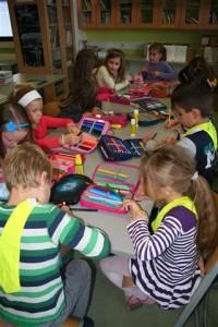 Učenci ustvarjajo knjižne kazalke (Small)